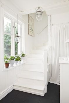 Home Shabby Home: Deep white. Shabby Home, Shabby Chic, White Staircase, White Hallway, White Cottage, White Rooms, White Walls, Home And Deco, Traditional Decor
