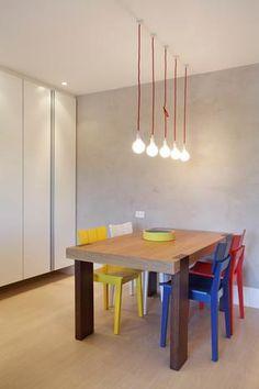 Para as refeições, as designers optaram por esta pequena mesa retangular, com cadeiras de cores diferentes Foto: A3 Interiores House Colors, Home Office, Sweet Home, Dining Room, Ceiling Lights, Cool Stuff, Graham Bell, Lighting, Colorful Houses