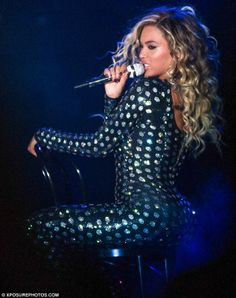 Beyonce Knowles rocked a figure-hugging disco ball bodysuit on Monday while performing on the European leg of her Mrs Carter World Tour. Blue Ivy Carter, Beyonce Knowles Carter, Beyonce And Jay Z, Destiny's Child, Stage Outfits, Fashion Outfits, Fashion Ideas, Glitter Bodysuit, Boyfriends