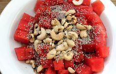 Wassermelonen-Cashew-Salat mit Chiasamen. Es hat lange gedauert, bis ich euch nun mein erstes veganes Rezept...