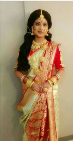 This app includes a collection of best handpicked Indian Bridal Dresses. Bengali Saree, Indian Silk Sarees, Bengali Bridal Makeup, Bengali Wedding, Bengali Bride, Indian Bridal Outfits, Bridal Dresses, Wedding Dress, Bengali Jewellery