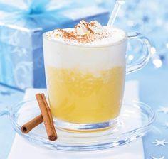 Ein Getränk aus Weißwein, Eierlikör und Orangensaft mit einer Sahnehaube