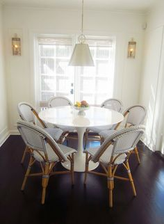 Tulip table and S&L chairs for breakfast area Source: COCOCOZY