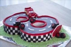 Un gâteau d'anniversaire Cars, avec le héros Flash Mcqueen. La décoration du gâteau avec de la pâte à sucre, façon circuit de course automobile. ... Gateau Flash Mcqueen, Fancy Birthday Cakes, Cake Designs For Kids, Lightning Mcqueen Cake, Cake Models, Fondant, Biscuit Cookies, Cakes For Boys, Princesas Disney
