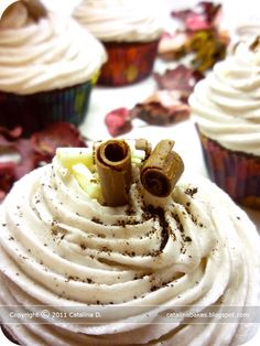 Catalina pece: Kakaové cupcakes s americkým vanilkovým krémem Pancakes, Cooking, Breakfast, Desserts, Cupcake, Recipes, Food, Kitchen, Morning Coffee