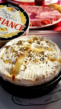 Baked camembert with honey and spices Meat Recipes, Low Carb Recipes, Snack Recipes, Snacks, Queijo Cottage, Tumblr Food, Baked Cheese, Party Food And Drinks, Artisan Bread