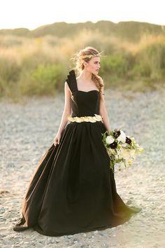 Noivas de Vestido Preto - Origem da Tradição, Atualidade, Arrependimento & Opinião Pessoal