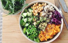 5 Vegan Dinners With As Much Protein As A Chicken Breast Do you whip up vegan smoothies for breakfast and hummus six ways for lunch, only to lose your love of plants when dinnertime rolls around? Healthy Food Delivery, Healthy Meals, Healthy Eating, Healthy Recipes, Yummy Recipes, Vegan Recipes Videos, Vegetarian Recipes, Vegetarian Protein, Lunches And Dinners