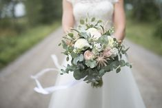 Brudbukett Corsage, Wedding Dresses, Flowers, Inspiration, Bride Dresses, Biblical Inspiration, Bridal Gowns, Weeding Dresses, Wedding Dressses