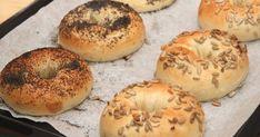 Mennyei Bagel recept lépésről-lépésre recept! New Yorkban nagy kultusza van a bagelnek. Igazi reggeli péksütemény, szendvicsek kiváló alapja. A bagel azért is fantasztikus péksütemény, mert készülhet szinte bármilyen ízesítéssel. Megszórhatjuk magfélékkel, fűszerekkel, stb...