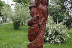 Drvena skulptura u rascvjetalom parku u Ernestinovu