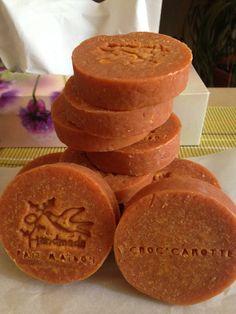 Voici mon savon à la carotte, riche en bêta-carotène (vitamine A), nourrit, réhydrate, et tonifie tous les types de peaux avec un effet éclaircissant. Les propriétés antioxydantes de la carotte permettent de traiter l'eczéma, le psoriasis, l'acné, les...