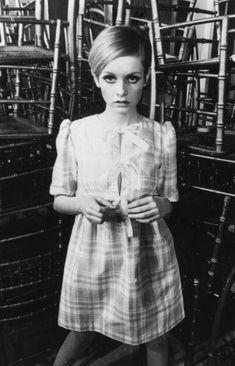 Twiggy icono de esa década con un mini dress de estilo british y el pelo corto.