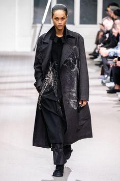 Yohji Yamamoto Fall 2019 Menswear Fashion Show Collection: See the complete Yohji Yamamoto Fall 2019 Menswear collection. Look 3 Anti Fashion, New Mens Fashion, Unisex Fashion, Military Fashion, Fashion Show, Fashion Design, Seoul Fashion, Male Fashion, Yohji Yamamoto