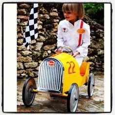 Auto vintage de metal con pedal