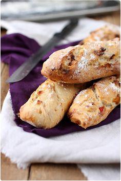 Baguettes aux poivrons et à la poitrine fumée