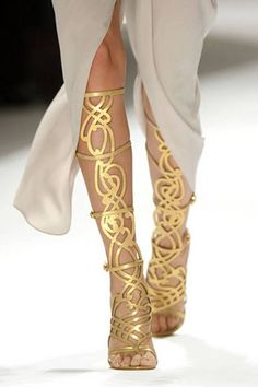 Zapatos de mujer - Womens Shoes - Versatile Gladiator Sandals in gold.