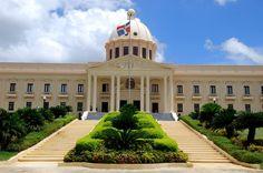 Gobierno suspende director del CEA y crea comisión para investigar transacciones con terrenos en caso locutores
