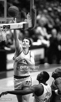 Fotografia de notícias : New York Knicks Kiki Vandeweghe gets loose inside...