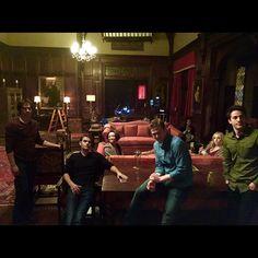 """Pin for Later: Seht Nina Dobrev's letzte Momente am Set von The Vampire Diaries  Matthew Davis fotografierte einen Großteil des Teams und nannte sie """"Die Außenseiter."""" Doch wo ist nur Nina?!"""