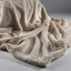 Our Beige Frost faux fur throw has a champagne base with a creamy white tip. Backed in cream faux suede, our faux fur throws are the ultimate in luxury and comfort. Ivory Bedding, Faux Fur Bedding, Faux Fur Blanket, Faux Fur Throw, Furniture Boutique, Shabby Chic Furniture, Sweetpea And Willow, Chalet Chic, Chalet Style