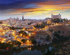 Hay ocasiones que, para obtener la mejor fotografía de un lugar hay que salirse de él. El caso de Toledo es uno de ellos. Son muchos los que se acercan de día hasta el mirador del Valle, situado nada más cruzar el Tajo. Pero pocos los que saben que desde ahí mismo, cuando comienzan a encenderse las luces de la ciudad, surge una de las más hermosas ciudades que podemos contemplar de noche. Desde este punto entenderemos además la importancia que tienen y tuvieron el Alcázar y la Catedral.