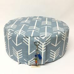 Coussin de meditation, Zafu bleu avec motifs de fleche et bijou porte cles Motifs, Ottoman, Business, Home Decor, Art, Key Pouch, Throw Pillows, Puertas, Bijoux