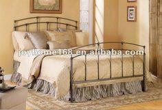 Cama de hierro y cubrecama color beige