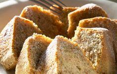 Helppo banaanikakku  1. Vaahdota rasva ja sokeri. Vatkaa munat joukkoon. 2. Murskaa banaanit haarukalla ja sekoita taikinaan. 3. Lisää lopuksi jauho ja leivinjauhe ja pyöräytä tasainen taikina. 4. Levitä taikina jauhotettuun pitkään vuokaan ja kypsennä 200-asteisessa uunissa runsas puoli tuntia. Voit tehdä taikinan monitoimikoneessa tai sähkövatkaimella, joka murskaa myös pehmeät banaanit. Säilyvä kakku.
