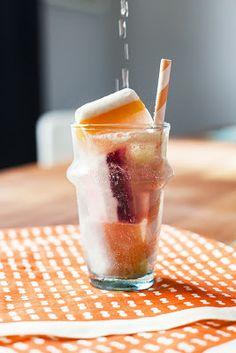 Smoothies de Verão - Feitos com sumo, frutas, iogurte e outros ingredientes naturais,  os smoothies são super saudáveis, saborosos e refrescantes.  Você pode preparar dois tipos de smoothies.  Um feito à base de água e frutas e o outro com iogurte. Para isso, basta colocar a fruta no liquidificador, adicionar folhas de hortelã, água ou iogurte, açúcar (se necessário) e colocar em cuvetes no congelador. Seja criativa!