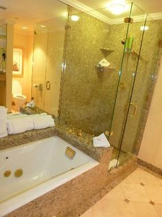 Hotel Monteleone: Nice tub with jets and granite shower.