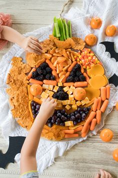 Jack O Lantern Halloween Snack Board This Jack o Lantern Halloween Snack Board is the perfect fun snack to serve kids this Halloween. Source by freutcake Buffet Halloween, Halloween Treats To Make, Healthy Halloween Snacks, Halloween Appetizers, Halloween Food For Party, Halloween Candy, Happy Halloween, Halloween 2020, Halloween Jack