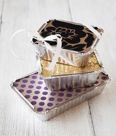 """Lahjarasiat - Nämä pakkaukset ilahduttavat varmasti. Voit pakata foliovuoan uumeniin monenlaisia yllätyksiä: pipareita, makeisia, kynttilöitä tai vaikkapa kivan """"leipojan unelmasetin"""" johon kuuluu pullasuti, taikinahyrrä ja kaunis essu. http://www.eskimofinland.fi/vinkit-ja-videot/lahjat-hopeisiin-lahjapakkauksiin/?group=0"""