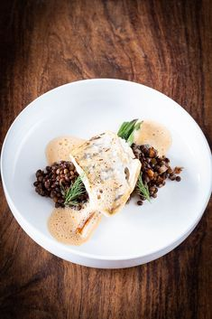 Zander mit Beluga Linsen und Curryschaum Pikeperch with lentils and curry foam Rezepte Shrimp Recipes, Fish Recipes, Vegetable Recipes, Beef Recipes, Curry Recipes, Fish Varieties, Food Garnishes, Healthy Salad Recipes, Food Presentation