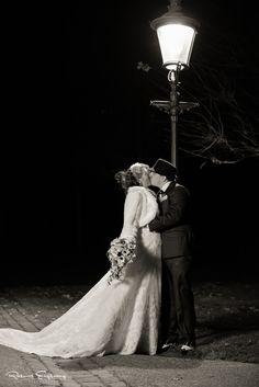 På en kølig og mørk november aften, blev dette brudepar foreviget under den fantastikke flotte gadelampe.