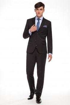 GARNITUR KREON Całoroczny garnitur z klasycznej linii RESPECT o lekko dopasowanej sylwetce, uszyty ze szlachetnej tkaniny w mieszance wełny i jedwabiu.