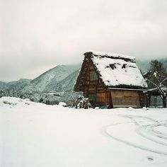 A minka in Japan. As though you needed another reason to go back to Japan. (and importantly, is minka a valid scrabble word? Snow Cabin, Winter Cabin, Cozy Cabin, Winter Snow, Cozy Cottage, Cabin Homes, Log Homes, Cabana, Cabin In The Woods