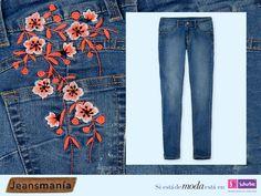 Lleva la tendencia floral en tu outfit con estos jeans con bordado en el bolsillo trasero. #Jeansmanía