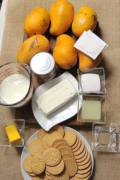 1/4 taza de agua 190 gramos de queso crema 1 taza de yogur natural 3 cucharadas de jugo de limón 1 lata de leche condensada 6 piezas de mango 14 gramos de grenetina natural 3 cucharadas de azúcar blanca 5 cucharadas de mantequilla 340 gramos de galletas marías