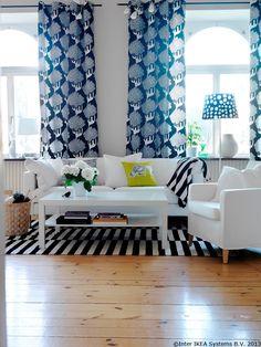 Iată cum se poate schimba complet aspectul unei camere doar dacă înlocuiești husa canapelei.  KAJSAMIA set de perdele DOTTEVIK abajur KARLSTAD husă canapea LAPPLJUNG FÅGEL pernă decorativă EIVOR pernă decorativă  www.IKEA.ro