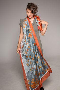 Cereza de invierno de la bufanda de seda.  Pintado a mano la bufanda del mantón.  Lujo bufandas pintadas a mano.  Mandarina Naranja gris bufanda.  Bufandas hechas a mano únicos