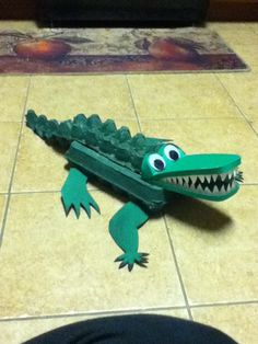 3rd grade Animal Project: Alligator.  Egg cartons, foam, paint, silicone glue. Fair Projects, Animal Projects, Animal Crafts, Easy Crafts, Diy And Crafts, Crafts For Kids, Arts And Crafts, Alligator Crafts, Crocodile Craft