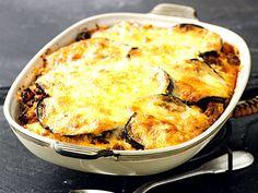 Moussaka består av auberginer, köttfärssås och ostsås som gratinerats i ugn. Låt oss kalla det för en grekisk lasagne. Den är dock betydligt nyttigare och kolhydratsnålare än sin italienske släkting. Recept ur boken LCHF-kokboken.