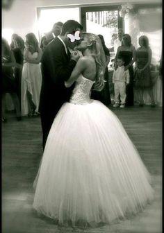 """SVETLANA - 46% off Gebrauchtes Brautkleid - """"Verkaufe hier mein Prinzessinen Brautkleid in weiß. Das Kleid besteht aus einem Teil, d. h. das Corsagenoberteil ist Eins mit dem Tüllrock. Die Corsage ist herzförmig und aufwendig mit Strass und Perlen bestickt. Der Rock ist aus mehreren Lagen Tüll. """" https://www.marryjim.com/de/Brautkleid/svetlana/-/id707"""