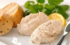 It's not dissimilar to smoked snoek pâté, a popular South African specialty. A Food, Good Food, Food And Drink, Yummy Food, Smoked Mackerel Pate, Healthy Cooking, Cooking Recipes, Low Fat Cream Cheese, Dutch Recipes