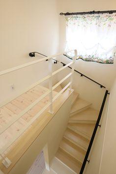 階段手すり。ホワイト&ブラック。カーテンレールもアイアンです。