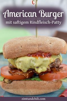 AMERICAN BURGER MIT SAFTIGEM RINDFLEISCH-PATTYEs geht doch nichts über selbstgemachte Burger. Saftiges Rindfleisch, fluffige Buns und eine leckere BBQ-Sauce. Die Hackfleisch-Patties für meinen American Burger kannst du ganz leicht selber machen. Du kannst sie in der Pfanne braten oder grillen. Das Rezept ist super einfach. #AmericanBurger #BurgerRezept #Pattiesselbermachen #BurgermitSauce #Burgerselbermachen #HackfleischRezepte #einfacheRezepte #RindfleischRezepte #PfannenRezepte #GrillRezepte Beste Burger, Good Food, Pizza, Fast Food, Chili, Recipes, Handmade Burger, Vegan Burgers, Hamburger Buns