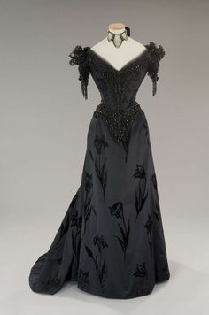 Gothic fashion 155233518380344139 - Costume designed by Piero Tosi for Laura Antonelli in L'Innocente Source by vallelizabeth Edwardian Fashion, Gothic Fashion, Vintage Fashion, Vintage Gowns, Vintage Outfits, Beautiful Gowns, Beautiful Outfits, Moda Vintage, Historical Clothing