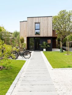 Love the contrast of the cladding Timber Cladding, Exterior Cladding, Garden Deco, House Front Design, House Extensions, Architectural Features, Facade Architecture, Prefab Homes, Building