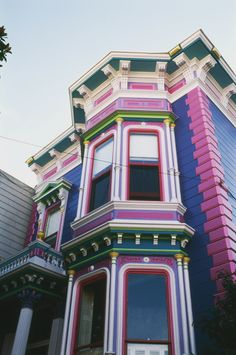 Traditionally painted ladies of San Franscisco have no more than 4 colours.  This one bends the rules with 6, possibly even more.  Not fond of the Emerald green.